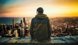 Hombre mirando ciudad - reflexion cristiana